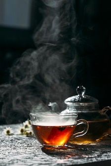 Травяной чай с ромашкой на светлом фоне