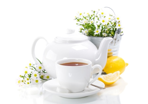 Травяной чай с цветами и чайником