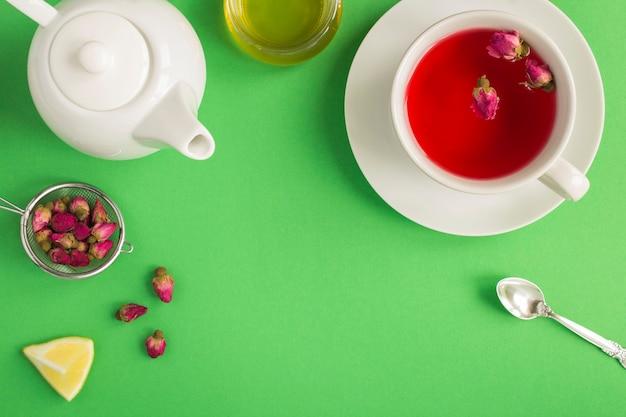 Травяной чай с листьями розовой розы в чашке