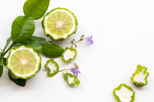Травяная растительность кафр лайм и композиция из листьев плоская планировка в стиле открытки