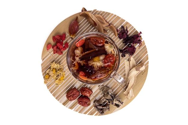 허브 차에는 구기자, 감초, 국화, 대추, 로젤, 링지 및 젤리 귀 버섯이 들어 있습니다.