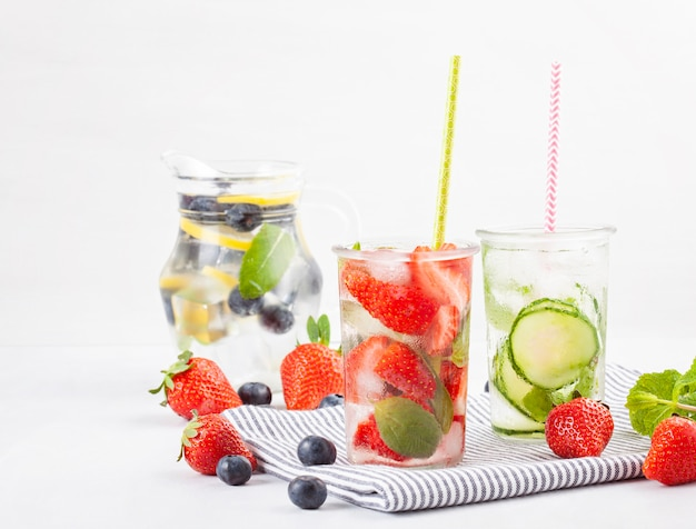 허브와 과일 맛 주입 물. 여름 상쾌한 음료. 건강 관리, 피트니스, 건강한 영양 다이어트 개념.