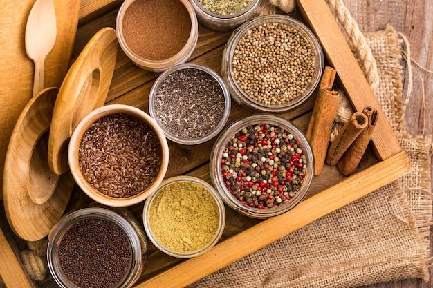 Травы и специи. корица, смесь перца, семена льна, чиа и кориандр в выдвижном ящике для специй.