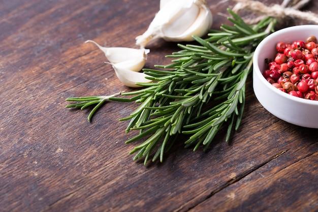 Травы и специи в керамических мисках. ароматические ингредиенты и натуральные пищевые добавки. Premium Фотографии