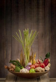 허브와 향신료 재료 매운 수프 흰색 표면에 고립 된 tom yum 타이어에 대 한 신선한 야채.