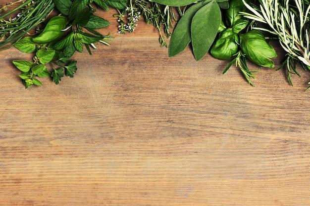 Травы на деревянном фоне
