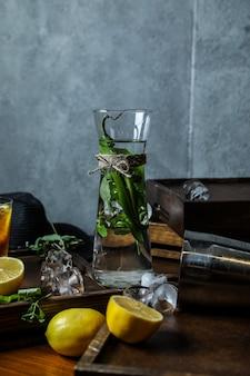 Erbe aromatiche e pepe in bicchiere con acqua
