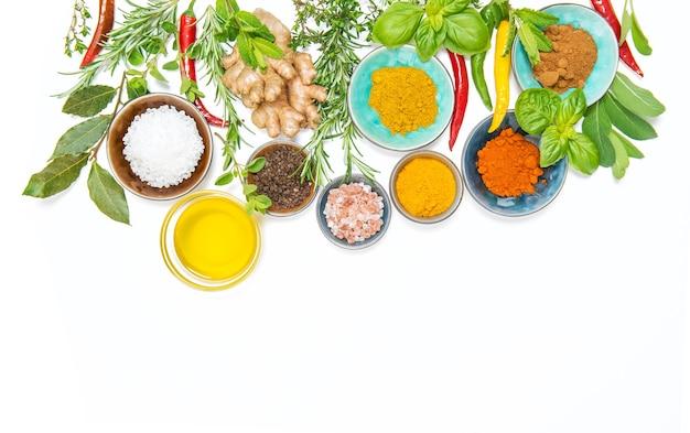 허브 향신료. 카레, 강황, 생강, 로즈마리, 바질, 민트. 음식 배경
