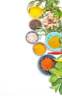 흰색 바탕에 허브 향신료입니다. 카레, 강황, 생강, 로즈마리, 바질, 민트. 건강한 유기농 식품