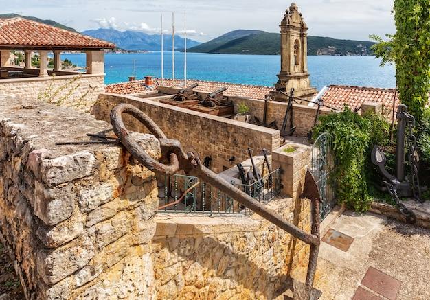 Вид с воздуха на побережье герцег-нови из старого города, черногория.
