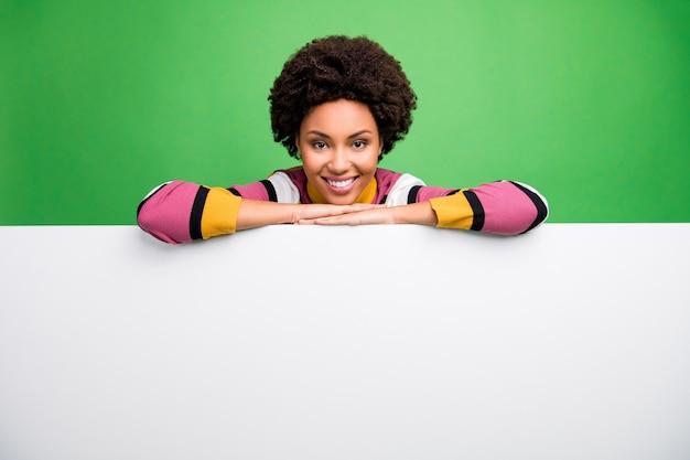 ここにあなたの広告があります!ニュースウェアカジュアルストライプセーターの大きな白い空のスペース紙のポスターを提示する面白い暗い肌の女性の写真