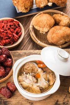 Hericium erinaceusの中華料理とチキンスープの煮込み