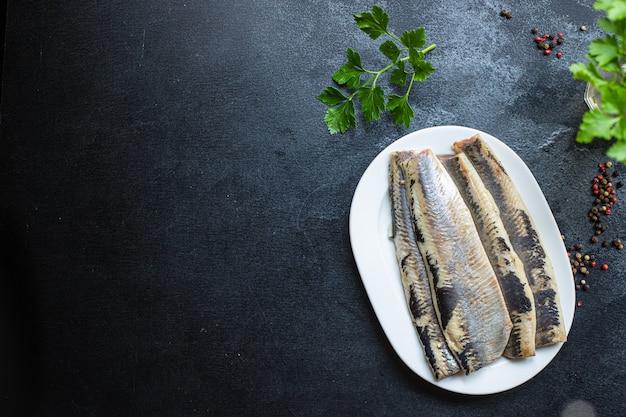 Сельдь свежая цельная рыба или соленые морепродукты, готовые к употреблению