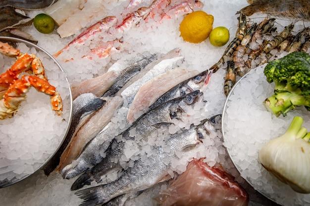 氷の上のニシン。魚市場カウンター。