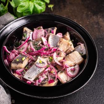 ニシンスライスタマネギのピクルス塩漬け魚シーフード新鮮な食事スナックテーブル上のコピースペース食品