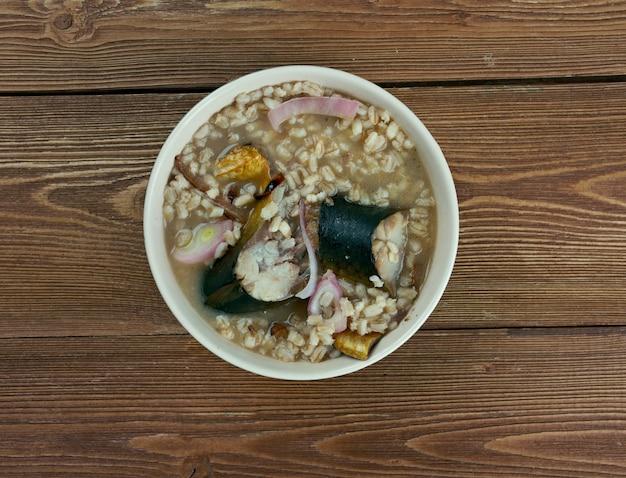 ニシンのスープ-スウェーデンの魚のスープ。水、大麦の食事、赤ニシンのミックス