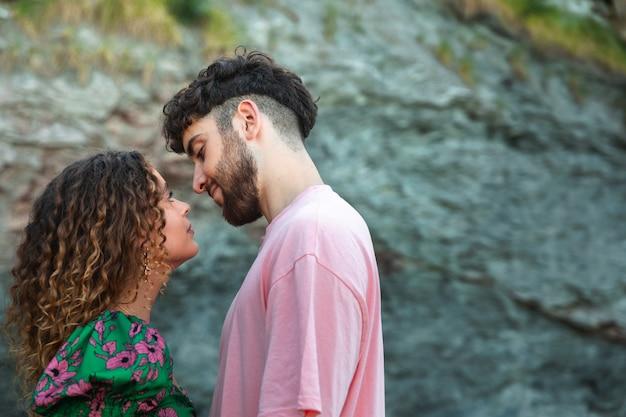 Гетеросексуальная пара целуется в скалистой бухте в стране басков.