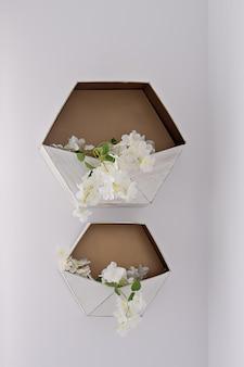 白い壁に六角形の装飾的な花の収納棚