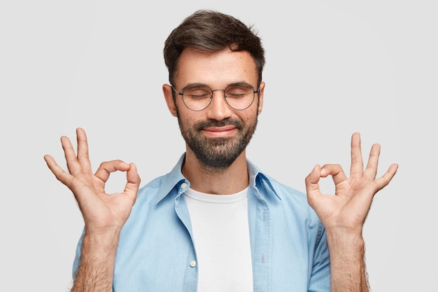 Эй, у меня нет! доволен довольный мужчина с густой бородой, жестом говорит, что все нормально и под контролем