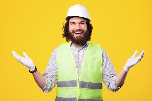 안녕하세요 저희 회사에 오신 것을 환영합니다. 쾌활 한 수염 된 건축가 남자 손으로 환영 제스처를 만들기