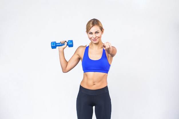 Эй, ты занимаешься фитнесом сейчас, блондинка, спортивная женщина, указывая на камеру