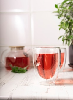 히비스커스 차, 장미 다도. 갓 내린 과일 차 한잔, 가벼운 무디. 밝은 인테리어