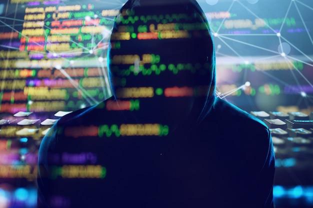 숨겨진 해커는 온라인에서 데이터를 훔치기 위해 어둠 속에서 작동합니다.