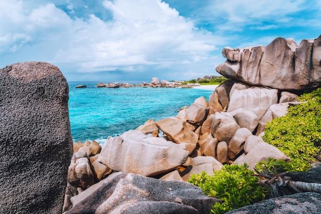 Скрытый уединенный красивый пляж на ла-диге, сейшельские острова.