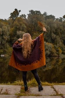 かくれんぼ。少女は手で顔を覆った。湖のクローズアップの肖像画女性の痛み、悲しみ、暴力、うつ病、孤独の概念。