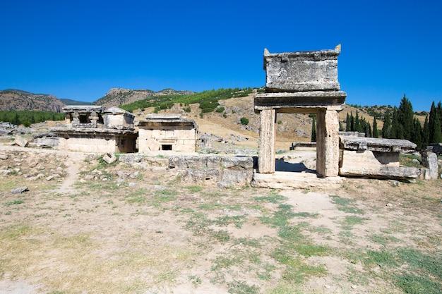 Руины древнего города иераполис, северные римские ворота, памуккале, денизли, турция
