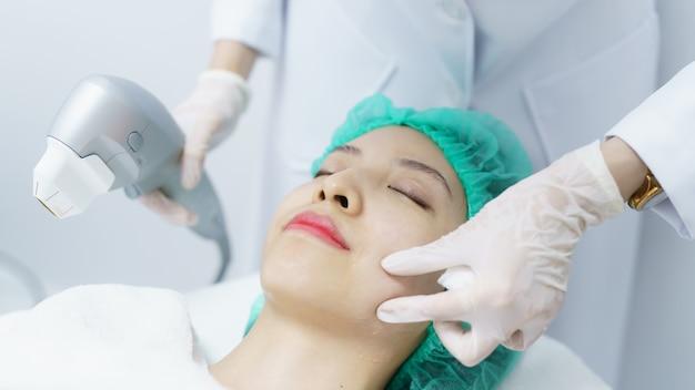 Женщина получает hifu санаторно-курортное лечение