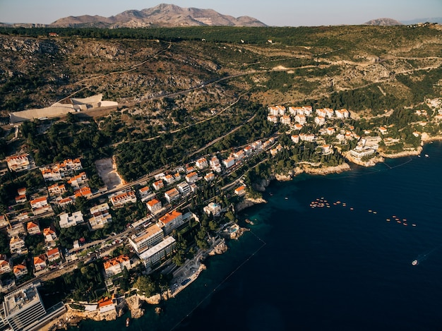 Вид с воздуха с дрона на побережье дубровника и старый город в хорватии