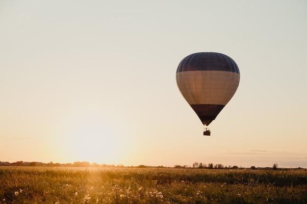 高高度空中ドローンの広い視野。ロシアのリャザンで朝、熱気球のコレクションが澄んだ青い空を飛んでいます