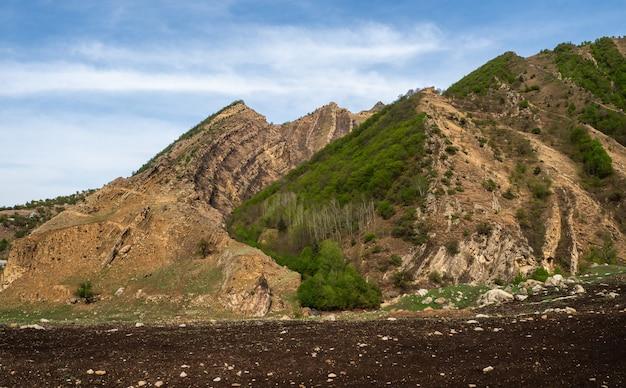 小さな畑、複雑な農業、自然の魅力、ダゲスタンの鋭い山々がある高地の高原
