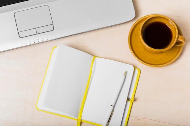 Alto angolo di ordine del giorno sulla scrivania con copia spazio