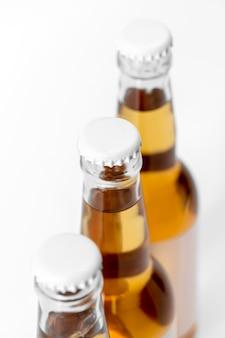 Алкогольные напитки под высоким углом с пустыми крышками