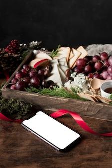 Disposizione ad alto angolo di cibo natalizio con smartphone vuoto