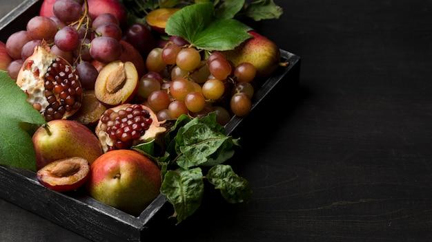 Disposizione ad alto angolo di deliziosi frutti autunnali