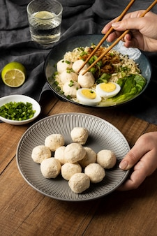 Disposizione ad alto angolo di delizioso bakso indonesiano