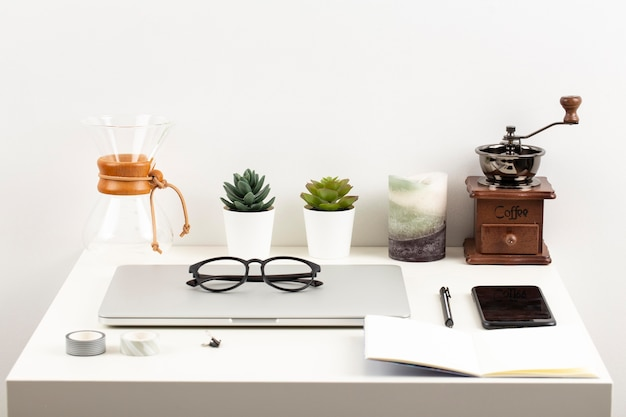 High angle arrangement of desk elements