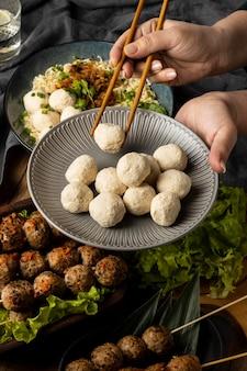 Аранжировка вкуснейшего индонезийского баксо под высоким углом