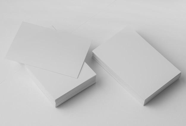 Расположение белых визиток под высоким углом