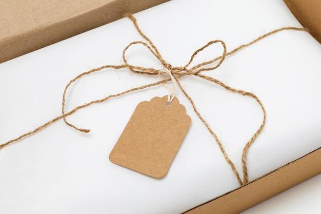 Disposizione ad alto angolo dell'etichetta riciclabile sulla confezione bianca