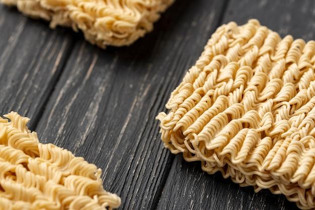 Disposizione ad alto angolo di noodles crudi