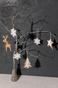 Высокий угол расположения с фоном из дерева и штукатурки