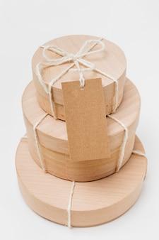 Disposizione ad alto angolo di scatole di legno con etichetta vuota