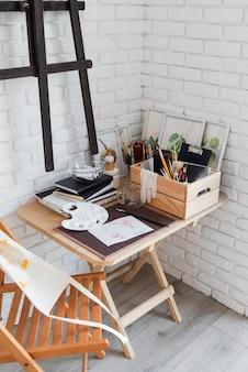 Концепция стола высокого угла искусства с тетрадями