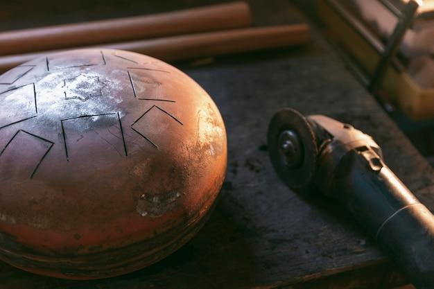 Oggetto e strumento artigianale ad alto angolo