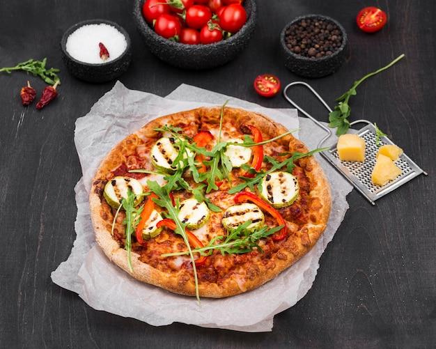 Пицца с рукколой под большим углом