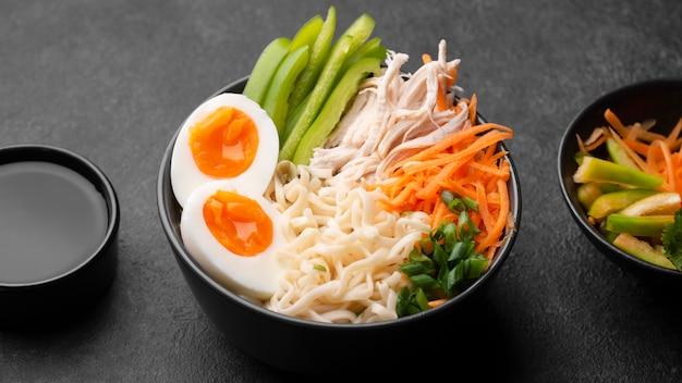 Alto angolo di piatto asiatico con le uova